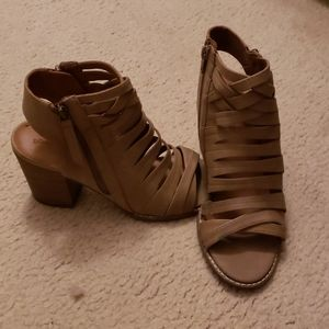Universal Threads Tan Strappy Wedges Sz 8